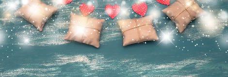 Sztandarów wakacyjnych prezentów girlanda na błękitnym rocznika tle Obrazy Royalty Free