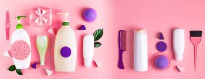 Sztandar butelki szamponu śmietanki prysznic gel mleka zieleni liści gąbki pudełka prezenta plastikowego łęku Kosmetyczny pakuje  zdjęcie royalty free