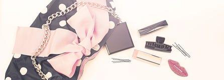 Sztandar kobiet ` s Plakatowa torebka z dekoracyjnymi kosmetykami Zdjęcie Stock