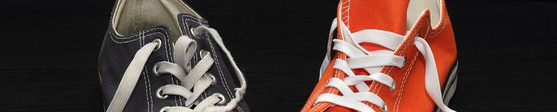 Sztandar nowa pomarańcze i starzy błękitni sneakers fotografia royalty free