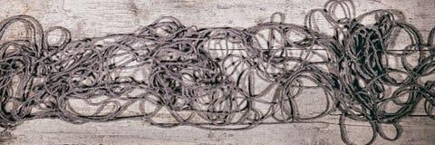 Sztandar, popielaty woolen sznurek, przędza, drewniany stół, rękodzieło zdjęcie stock