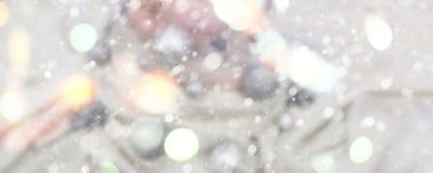Sztandaru Świąteczny wakacyjny tło z lekkim delikatnym bokeh rysunku i skutka Dekoracyjnym śniegiem Fotografia Royalty Free