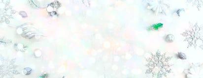 Sztandaru Świąteczny wakacyjny tło z lekkim delikatnym bokeh rysunku i skutka Dekoracyjnym śniegiem Fotografia Stock