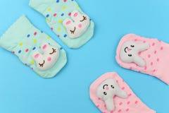 Sztandaru dziecka odzieżowe skarpety z królikiem obrazy stock