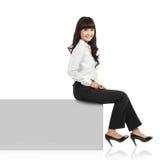 sztandaru krawędzi horyzontalna siedząca uśmiechnięta kobieta Zdjęcie Royalty Free