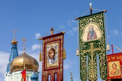 Sztandary, flagi, ikony Ortodoksalny kościół przeciw niebieskiemu niebu i kopuły świątynia, obraz stock