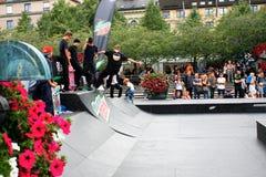 Sztokholm, Aug 21 2016 - Chłopiec Jeździć na deskorolce skoku styl życia Hipst Obraz Stock
