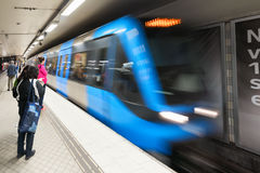 Sztokholm metro z incomming błękita pociągiem zdjęcia stock