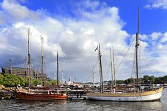 Sztokholm, Szwecja - łodzie dokuje Djurgarden wyspą z Obraz Royalty Free
