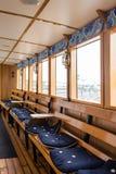 SZTOKHOLM SZWECJA, LIPIEC, - 12, 2017: Łódkowaty wnętrze z okno, drewnianymi ławkami i miękkich części siedzeniami, zdjęcia stock