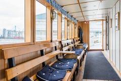SZTOKHOLM SZWECJA, LIPIEC, - 12, 2017: Łódkowaty wnętrze z okno, drewnianymi ławkami i miękkich części siedzeniami, obraz stock