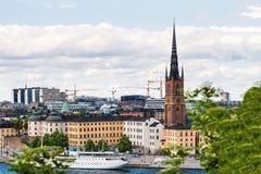 SZTOKHOLM SZWECJA, LIPIEC, - 14, 2017: Widok nad Riddarholmen wyspą, kościół i damy Hutton statkiem, Centrum miasta Sztokholm, Sz Obrazy Stock