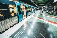 Sztokholm, Szwecja Mężczyzna Chodzi Blisko pociągu W metra metrze S obraz stock