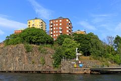 Sztokholm, Szwecja - Nowożytne mieszkaniowe ćwiartki rozwijali na roc Obraz Stock