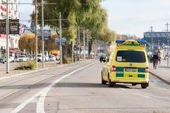 SZTOKHOLM SZWECJA, PAŹDZIERNIK, - 26: ambulansowy samochód śpieszy pacjent wokoło miasta SZWECJA, PAŹDZIERNIK, - 26 2016 Obraz Royalty Free