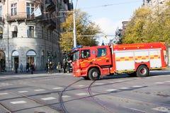 SZTOKHOLM SZWECJA, PAŹDZIERNIK, - 26: samochód strażacki iść ogień wokoło miasta SZWECJA, PAŹDZIERNIK, - 26 2016 Obraz Royalty Free