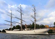 Sztokholm, Szwecja/- 2013/08/01: Skeppsholmen wyspa - jachtu ser Obraz Royalty Free