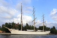 Sztokholm, Szwecja/- 2013/08/01: Skeppsholmen wyspa - jachtu ser Zdjęcie Royalty Free