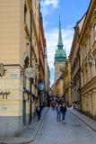 Sztokholm, Szwecja, turyści chodzi wzdłuż ulicy Obrazy Stock