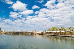 Sztuczna siklawa Małym jeziorem Zdjęcie Royalty Free