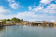 Sztuczna siklawa Małym jeziorem Zdjęcie Stock