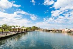 Sztuczna siklawa Małym jeziorem Obrazy Stock