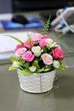 Sztuczne róże w wazie kwiaty Zdjęcia Stock