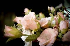Sztuczne rośliny i kwiaty z zamazanym tłem Fotografia Stock