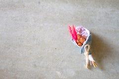 Sztucznego kwiatu bukiet multicoloured jest mały fotografia royalty free