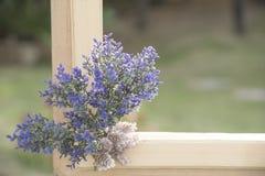 Sztucznego kwiatu bukiet na naturalnym tle zamazującym Fotografia Royalty Free