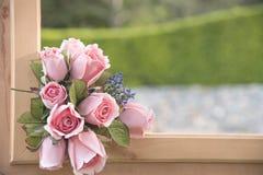 Sztucznego kwiatu bukiet na naturalnym tle zamazującym Obraz Stock
