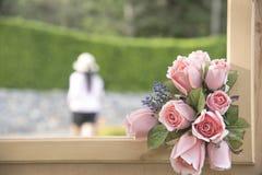 Sztucznego kwiatu bukiet na naturalnym tle zamazującym Obrazy Royalty Free