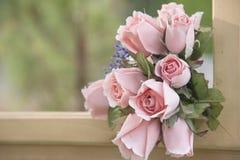 Sztucznego kwiatu bukiet na naturalnym tle zamazującym Zdjęcia Royalty Free