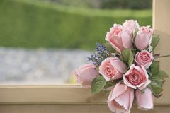 Sztucznego kwiatu bukiet na naturalnym tle zamazującym Obrazy Stock