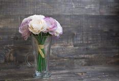 Sztucznego kwiatu bukiet w wazie Obrazy Royalty Free