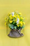 Sztucznego kwiatu bukiet z sfałszowanym ptakiem Fotografia Royalty Free