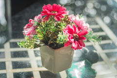 Sztucznego kwiatu bukiety na lustrze jako tło Zdjęcie Royalty Free