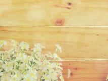 Sztucznego kwiatu gałąź na drewnianym tle robić z retro filtrowym kolorem Fotografia Stock