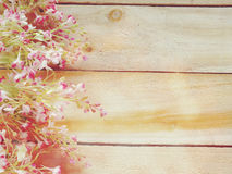 Sztucznego kwiatu gałąź na drewnianym tle robić z retro filtrowym kolorem Obraz Stock
