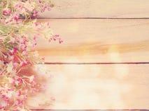 Sztucznego kwiatu gałąź na drewnianym tle robić z retro filtrowym kolorem Obraz Royalty Free