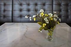 sztucznego kwiatu waza Obrazy Stock
