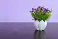 sztucznego kwiatu waza Obrazy Royalty Free