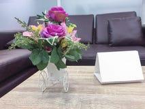 Sztucznego kwiatu waza na stołowym wierzchołku Fotografia Stock