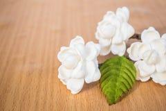 Sztuczni kwiaty na drewnianym Obraz Royalty Free