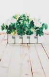 Sztuczni kwiaty na drewnianym tle zdjęcia royalty free