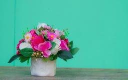 Sztuczni kwiaty na zielonym tle Fotografia Stock