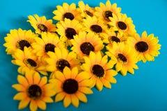 Sztuczni słoneczniki na błękitnym tle zdjęcia stock