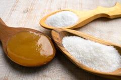 Sztuczni słodziki i cukier namiastki w drewnianych łyżkach Na obraz royalty free