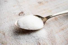 Sztuczni słodziki i cukier namiastki w metal łyżce Natu obraz stock