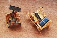 Sztuczny drewniany samochód używać panel słoneczny umieszczających na brown backgro Obraz Royalty Free